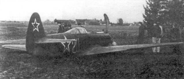Як-9К после вынужденной посадки. Так как в непосредственной близости от него нет ни строений, ни деревьев, то самолет можно легко эвакуировать. В противном случае его неразъемные крылья доставили бы немало хлопот.