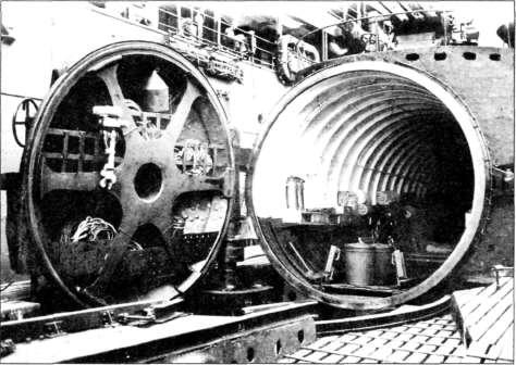 Подводная лодка 1-400. Ангар для хранения гидросамолетов М6А Seiran (крышка ангара открыта)
