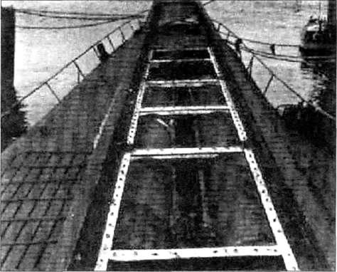 Направляющие рельсы стартовой катапульты на подводной лодке 1-400