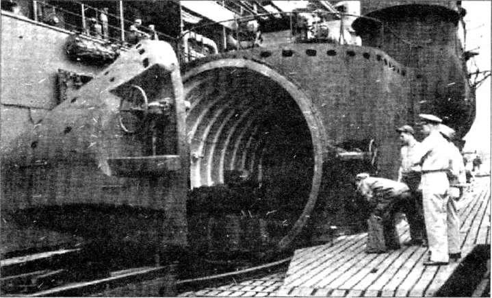 Осмотр американцами подводной лодки 1-400