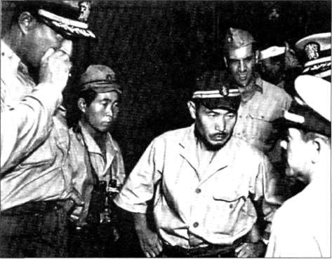 Командир 1-400 Тошиуо Кузака (Toshiwo Kusaka) передает свою лодку американцам