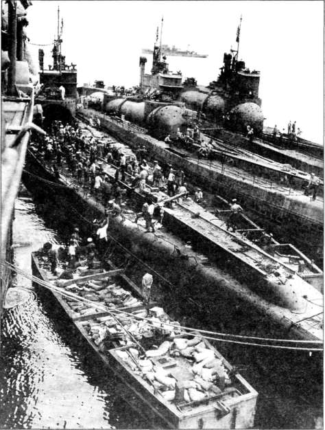 Погрузка взрывчатки на японские лодки 1-400, 1-401 и 1-14