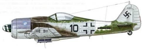 Fw 190А-8 из 5./JG 4, Глюксбург, Германия, весна 1945 г. 19 апреля 1945 г. вместе с другим летчиком-добровольцем эстонского происхождения Oberfahnrich Аксель Кесслер посадил этот самолет в Булл-Тофта на юге Швеции, чтобы не быть взятым в плен советскими войсками. Обратите внимание на то, что машина оснащена закругленным фонарем кабины пилота.