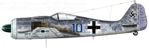 Fw 190А-8 из I./JG 26, Шомонт-ан-Вексан, Франция, июнь 1944 г. Пилот – Leutnant Хельмут Менге, был сбит 10 июня 1944 г. над Канном в ходе ближнего боя с истребителями Королевских ВВС Великобритании. В день высадки союзников в Нормандии, 4 июня 1944 г., II. Jagdkorps располагал только I./JG 2, Stab, I. и III./JG 26 для оказания сопротивления противнику. Подкрепление подошло очень быстро. В течение 36 часов на новый фронт были переброшены 200 истребителей и еще 100 – до 10 июня. Этим объясняется тот факт, что в то время самолеты с самой разнообразной маркировкой летали в небе Франции.