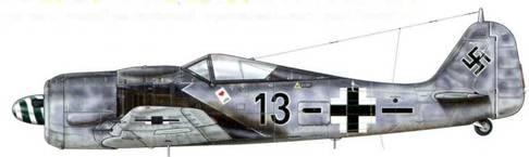 Fw 190А-8 из Stab JG 26, Буасси-ле-Буаз, Франция, 26 июня 1944 г. Пилот – Oberleutnant Geschwader- kommodore JG 26 Йозеф «Пипс» Приллер. Он, вне всякого сомнения, был одним из самых известных летчиков, воевавших на Fw 190, главным образом потому, что он был представлен широкой публике в качестве героя книги, а затем и фильма «Самый длинный день» как один из немногих пилотов, атаковавших плацдарм союзников в первый день их высадки в Нормандии. Назначенный инспектором истребительной авиации на на Восточном фронте в январе 1945 г., Приллер (101 сбитый самолет) прекратил летать после войны. Некоторые источники представляют этот самолет с желтой маркировкой на руле управления и под капотом мотора.