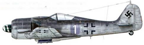 Fw 190А-8 из 1 ./JG 54, Рига, Латвия, сентябрь 1944 г. Пилот – Leutnant Хайнц «Пипи» Вернике – Staffelkapitan, сбивший свой 117-й самолет незадолго до того, как сам погиб, столкнувшись со своим однополчанином в небе над Курляндией 27 декабря 1944 г. Как можно видеть, крест на фюзеляже обозначен только черными угловыми контурами, а индивидуальный номер самолета нанесен на наспех закамуфлированный участок фюзеляжа.