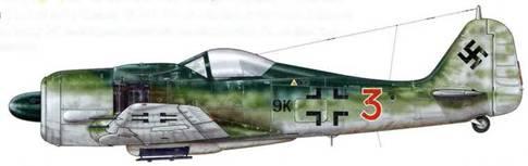 Fw 190А-8 из 3./KG 51. «Эдельвейс» была первым Kampfgeschwader, принявшим на вооружение реактивные самолеты Me 262. Этот «Антон», оснащенный закругленным фонарем кабины пилота, который был обнаружен в Бад-Айблинге (Германия) в мае 1945 г., вероятно, принадлежал эскадрилье прикрытия реактивных самолетов того же соединения. Фюзеляжный код соединения KG 51 («9К») нанесен мелким шрифтом перед крестом, как и на бомбардировщиках. Индивидуальный же номер написан крупной цифрой, как это было принято у истребителей.