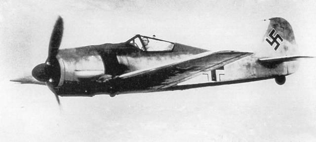 «Отец» Fw 190 Курт Танк всегда, не раздумывая, садился за штурвал самолета, чтобы поднять его в воздух для проведения различных испытаний. Здесь его можно видеть управляющим моделью А-3, с которой по соображениям цензуры было снято вооружение. (AW)