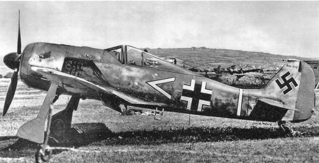 Этот Fw 190А-3 (W.Nr. 5313) стал первым «Антоном» , который союзники смогли изучить вблизи и испытать в воздухе, после того как его пилот Oberleutnant Арним Фабер посадил его по ошибке в Пембри 23 июня 1942 г. Самолет был окрашен классическими тремя оттенками серого цвета (RLM 74, 75, а днище – 76), а на его капоте была изображена голова петуха, свидетельствовавшая о принадлежности к авиагруппе III./JG 2. (IWM)