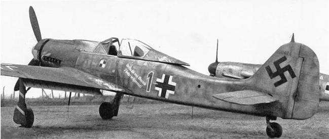 На этом Fw 190D-9 можно видеть знак отличия JV 44 – белые полосы на красном фоне – под лобовым стеклом и на нижней части фюзеляжа. На каждом самолете была индивидуальная надпись.
