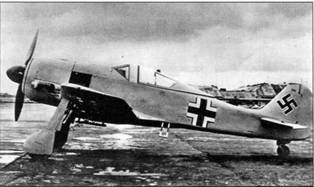 """Опытный образец Fw 190А-3 (W.Nr. 13551) находился на заводе «Arado», где проходил целую серию испытаний, в первую очередь – воздушных фильтров в тропическом исполнении, которые хорошо различимы на капоте мотора, а также подфюзеляжной стойки с балансирами для крепления сбрасываемого дополнительного топливного бака емкостью 66 галлонов<a href=""""#a28"""" type=""""note"""">{28}</a> . Этому самолету, вероятно окрашенному в серо-зеленый цвет, впоследствии было присвоено кодовое наименование «DF+GK». (AW)"""