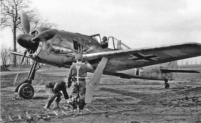Помимо радиального расположения цилиндров мотора, одним их преимуществ Fw 190 над его конкурентами была широкая колея шасси, делающая его очень устойчивым при посадке и взлете. Эта отличительная особенность самолета хорошо видна на примере машины А-3 из эскадрильи 7./JG 26. (ECPAD)