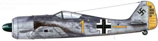 """Fw 190А-3 из 6./JG26, Франция, осень 1941 г. Этот самолет пилотировал Вальтер Шнайдер – «Staka» (Staffelkapitan<a href=""""#a35"""" type=""""note"""">{35}</a> ) 6./JG 26, первым в Люфтваффе сбивший на Fw 190 два самолета противника: два Spitfire из эскадрильи № 306 Королевских ВВС Великобритании 14 августа 1941 г. В конце июля 1941 г. эта эскадрилья была первой, «пересевшей» с Bf 109Е-7 на Fw 190А-1. А к сентябрю уже вся II. Gruppe была укомплектована новыми самолетами."""