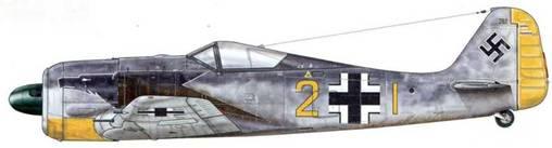 Fw 190A-2 из 9./JG 2. Тревиль, Франция, май 1931 г. Пилот – Людвиг-Фридрих Хартман. Adlerflugel («Крыло орла») – стилизованная голова орла обычно изображалась на левой стороне фюзеляжа (на правой стороне была изображена голова петуха) на одном уровне с выхлопными трубами. Так выделяли самолеты, принадлежавшие III. Gruppe. Форма и размер этих рисунков, однако, не были стандартными.
