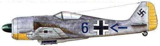 Fw 190А-2 из 10. (Jabo)/JG 2, Канн-Карпике, Франция, июль 1942 г. Сформированная 10 ноября 1941 г. в Бомон-ле-Роже эскадрилья 13./JG 2 была укомплектована самолетами Bf 109F. В апреле 1942 г. ее переименовали в 10. (Jabo)/JG 2, затем, в апреле 1943 г. – в 13./SKG 10. В ходе задания истребители-бомбардировщики этой эскадрильи, пролетая низко над водами Ла-Манша, дабы не быть замеченными британскими радарами, пересекали его и атаковали цели на побережье и в глубине острова. Отличительными знаками 10. (Jabo) были шеврон и полоска (иногда ее заменяла небольшая бомба), изображавшиеся за крестом на фюзеляже.