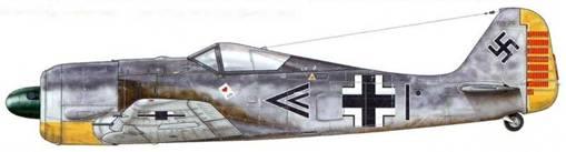 Fw 190А-2 из Stab III./JG 26, Вевельгем, Бельгия, 22 июня 1942 г. Пилот – Hauptmann (капитан) Йозеф «Пипс» Приллер. Машины, которые пилотировал этот летчик, на личном счету которого к концу войны числился 101 сбитый самолет противника, были узнаваемы по его личному отличительному знаку, нанесенному на оба борта фюзеляжа: туз червей, с написанным поверх него именем «Jutta».