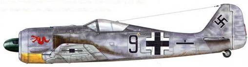 Fw 190А-2 из 5./JG 1, Катвейк, Голландия, лето 1942 г. Пилот – Unteroffizier Роберт Штелльфельд. Соединение JG 1 было сформировано в 1942 г. для обороны северного побережья Голландии и Германии и получило свой первый Fw 190 уже в марте. Его летчиков тренировали ветераны авиагруппы II./JG 26. Tazelwurm («Маленький дракон») – эмблема на фюзеляже была единой для самолетов всей авиагруппы. В данном случае – красный цвет свидетельствовал о принадлежности к пятой эскадрилье.