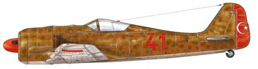 Fw 190Аа-3 из 4-й эскадрильи «Albas» (красная голова) 5-го истребительного авиаполка Turk Hava Kuvvetleri (Военно- воздушные силы Турции), Бурса, Турция, 1943 г. По соглашению между Третьим рейхом и Турцией, 72 самолета (цифра неточная) модели A-За («а» от «Auslandisch» – иностранный) были переданы правительству Анкары. Поставленные в разобранном виде и собранные на месте, они не были оснащены радиостанцией FuG 25 и имели вооружение, состоявшее их четырех пулеметов MG 17 (два под капотом и два в центре каждого крыла), с опцией доукомплектования двумя пушками MG/FF. Изначально они были окрашены тремя оттенками серого цвета, но затем были перекрашены в песочный и светло-серый цвета и часто совершали полеты вместе со Spitfire, также закупленными ТНК…