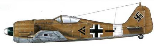 Fw 190A- 4 из l./JG 2, Керуан, Тунис, конец 1942 г. Пилот – Gruppenkommandeur Oberleutnant Адольф Дикфельд. «Пустынная» камуфляжная окраска (песочная – RLM 79 и голубая – RLM 78) была нанесена лишь на отдельные Fw 190, отправленные в Тунис в ноябре 1942 г. Некоторые самолеты были оснащены «тропическими» воздушными фильтрами, расположенными по обе стороны мотора. При этом довольно быстро появилась отличительная маркировка Североафриканского театра военных действий – белая полоса, окружавшая фюзеляж.