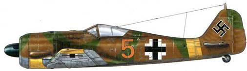 Fw 190А-4 из 5./JG 51, Орел, СССР, июнь 1943 г. Пилот – Leutnant Йозеф Енневайн. На этом самолете из JG 51, первым на Восточном фронте получившим Fw 190, использована камуфляжная окраска, часто наносившаяся в полевых условиях и обычно адаптированная к условиям конкретной местности. В июле 1943 г. «Пепи» Енневайн разбился вместе с пилотируемым им Fw 190 на советской территории за линией фронта, и его останки так и не были найдены. Воюя на Восточном фронте, он сбил 86 самолетов, по большей части – Ил-2.
