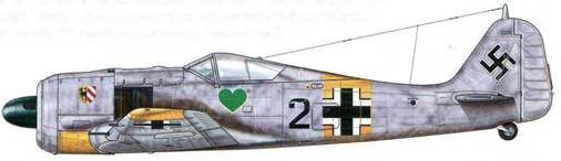 Fw 190А-4 из 2./JG 54, Красногвардейск, СССР, зима 1942-1943 гг. Этот самолет и пилотировавший его Unteroffizier Гельмут Брандт были захвачены советскими войсками после вынужденной посадки в районе Шлиссельбурга. Его эмблема – Griinherz («Зеленое сердце») была создана Ханнесом Траутлофтом и часто сочеталась с отличительной маркировкой трех авиагрупп, представлявшей собой гербы Нюрнберга, Вены-Асперна и Йессау.