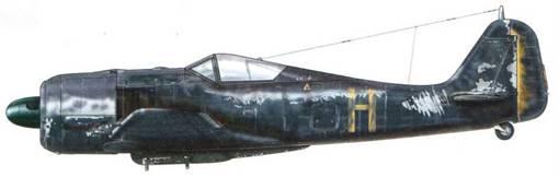 Fw 190A-4/U 8 из 7./SKG 10. Пилотировавший этот самолет Feldwebel Отто Бехольд совершил ошибочную посадку в Западном Маллинге в Великобритании 17 апреля 1943 г. Низ фюзеляжа был покрыт смываемой черной краской, а из маркировки были сохранены только индивидуальная буква и верхние кресты.