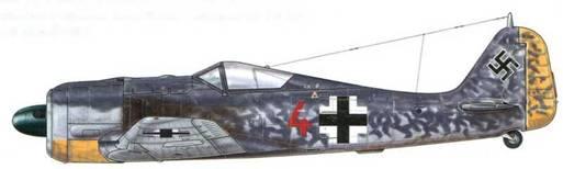 Fw 190A-4/U 4 из 2(F)./123, Восточный фронт, весна 1942 г. Этот разведывательный самолет был оснащен фотокамерами, установленными в фюзеляже. Их объективы были защищены обтекателями, которые видны за задним краем крыла. Манера, в которой борта самолета были окрашены темно-серыми пятнами (RLM 74), являлась особенно нетипичной для того времени.
