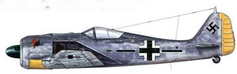 """Fw 190А-5 из Stab JG 2, Бомон-ле-Роже, Франция, начало 1943 г. Летчик – Major Вальтер «Гуле» Эзау, командир подразделения JG 2. Geschwaderkommodore<a href=""""#a55"""" type=""""note"""">{55}</a> , нарисованный на фюзеляже, мог быть другого цвета, не черного, как в данном случае. В честь этого «Expert» (аса) его именем было названо авиакрыло. Он погиб в бою 14 мая 1944 г., пилотируя Bf 109G."""