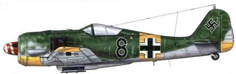 Fw 190А-5 из 2./JG 54, Полтава, Украина, осень 1943 г. В 1943 г. был введен запрет на нанесение знаков отличия и маркировки на все самолеты, принадлежавшие к соединению «Griinherz». Эта директива строго выполнялась, как можно видеть на данном примере. Выкрашенный в красный цвет кок винта с нанесенной на него белой спиралью является отличительной особенностью данного самолета.