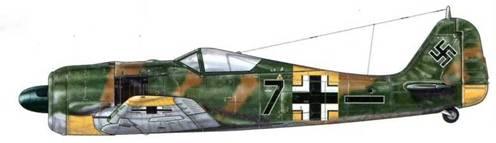 Fw 190A-5 из 5./JG 54, Орел, СССР, май 1943 г. Пилот – Leutnant Эмиль «Булли» Ланг. Соединение JG 54 было хорошо известно благодаря оригинальной камуфляжной раскраске, представлявшей собой пятна и разводы, адаптированные к окружающей среде, нанесенные краской из оставленных советских запасов. Ланг сбил 173 самолета (144 на Восточном фронте и 29 – на Западном). 3 сентября 1944 г. он пропал без вести над Бельгией.