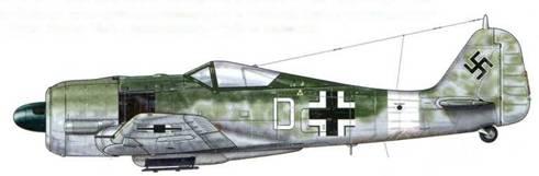 Fw 190А-5 из l./Sch.G 2, Тунис, май 1943 г. Этот самолет был обнаружен брошенным во время отступления из Туниса, когда Африканский корпус покидал Северную Африку. Как можно видеть, многие Fw 190, воевавшие в Северной Африке, не использовали «пустынную» камуфляжную раскраску. Только белая полоса указывала на принадлежность к новому театру военных действий. Изначально самолеты обозначались цветными номерами, однако в середине 1943 г. их заменили на цветные буквы.