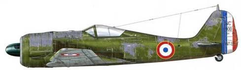 NC 900, принадлежавший Armee de I Air, Франция, 1946 г. Всем Focke-Wulf 190 (независимо от их изначальной модели), восстановленным во Франции SNCAC на ее заводе в Краване, около Осера, присваивалось кодовое наименование NC 900. После окончания военных действий они непродолжительное время, с января 1946 г. по лето 1947 г., состояли на вооружении полка «Нормандия-Неман». Эти самолеты часто ремонтировались с использованием бывших в употреблении деталей, снятых с других самолетов, и считались летчиками не очень надежными! Их камуфляжная раскраска была темно-зеленой и быстро выцветала, равно как и диск с национальной символикой, и флаг на хвостовом стабилизаторе.