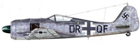 Fw 190A-6. Эта машина еще имеет заводской код (Stammkennzeichen), который будет заменен на военный, как только ее припишут к боевому подразделению. Обратите внимание на то, что коды присваивались в хаотичной манере, и порядок букв логически не раскрывал предназначения самолета. Это делалось для того, чтобы дезориентировать шпионов.