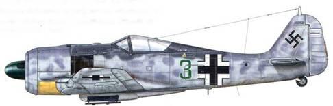 Fw 190А-6 из Stab JG 300, Бонн-Хангелар, Германия, октябрь 1943 г. Пилот – Hauptmann Фридрих-Карл Мюллер. В соединении JG 300 служил еще один Мюллер (одна из самых распространенных фамилий в Германии) – фельдфебель Ганс Мюллер. Во время выполнения одного из боевых заданий в стиле «Дикий кабан» над Берлином ночью 23-24 августа 1943 г. Фридриху-Карлу удалось сбить три британских четырехмоторных бомбардировщика! Отметки об этих победах можно видеть на руле направления самолета. Машины соединения JG 300 совершили свой первый боевой вылет в августе 1943 г. Его I. и III. Gruppen были вооружены самолетами Bf 109.
