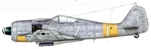 Fw 190А-7 из 7./JG 11, Ольденбург, Германия, март 1944 г. Пилот – Oberfeldwebel Зигфрид Цикк. Этот самолет, использовавшийся для атак на бомбардировщики ВВС США, имеет анахроничную слабо различимую маркировку, которая была принята для высотных самолетов- перехватчиков. Можно видеть, что «Balkenkreuz» на его фюзеляже закрашен бледно-серой краской RLM 76.