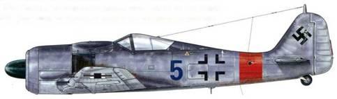 Fw 190А-8 из l/JG 1, Твенте, Голландия, декабрь 1944 г. Когда четвертая Staffel была добавлена к каждой группе JG 1 в августе 1944 г., индивидуальный номер для 4-й эскадрильи был нанесен на фюзеляж красной краской, в то время как у 8-й и 12-й он был синим. Полоса на фюзеляже в данном случае была уже обычной, «Balkenkreuz» представлен лишь окружающими его угловыми элементами.