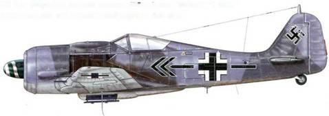 Fw 190А-8 из Stab JG 2, Крей, Франция, июнь 1944 г. Пилот – Major Курт Булинген – Geschwaderkommodore JG 2 – основного подразделения Люфтваффе на Западном фронте на момент высадки союзников в Нормандии. Бюлинген, на самолете которого можно видеть необычное обозначение ранга, сбил 7 июня два Р-47, одержав, таким образом, свою 100-ю победу в воздушном бою. В итоге на его счету было 106 сбитых самолетов, 4 из которых были Viermofs. Существуют некоторые сомнения относительно того, каким цветом были выкрашены верхние поверхности этого самолета: RLM 74, 75 и 02 – эта тень, видимо – серая грунтовка.
