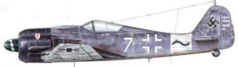 Fw 190A-8 из 10.(Sturm)/JG 3, Айзенштадт, Германия, конец июня 1944 г. Пилот – Leutnant Ганс Вальк. В мае 1944 г. первая Sturmgruppe Jagdwaffe полечила неофициальное название «Sturmgruppe Moritz» в честь своего командира. В ее состав вошли части одной из лучших истребительных групп ПВО рейха – JG 3 «Udet». Вскоре она получила официальное название: IV(Sturm)./JG3. В ее состав вошли 10., 11. и 12. (Sturm) Staffeln. Новым символом IV Gruppe стала волнистая линия.
