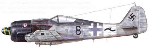 Fw 190A-8/R2 из 11 (Sturm)./JG 3, Дрё, Франция, июнь 1944 г. Этот самолет пилотировал Unteroffizier Вилли Максимовиц – один из самых известных летчиков ударных групп, на счету которого, когда он пропал без вести на Восточном фронте в апреле 1944 г., было 25 сбитых самолетов, 15 из которых – тяжелые бомбардировщики, причем некоторые, как говорят, – тараном. Обратите внимание на красные кромки на обшивке фюзеляжа, а также на узкую желтую спираль на коке винта.