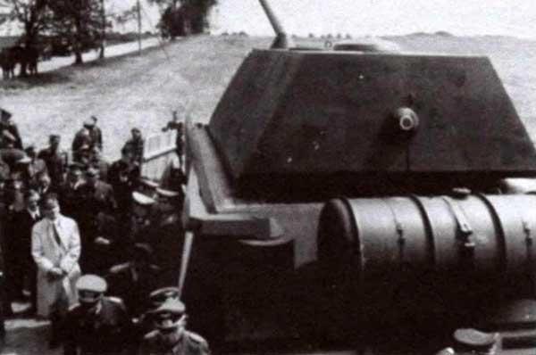 Демонстрация Гитлеру полно размерного макета танка Porsche Тур 205. 14 мая 1943 года. На корме машины, слева от дополнительного топливного бака, видна установка огнемета