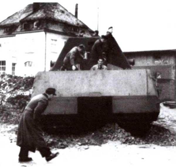 Первая поездка по двору завода. На танке установлена балластная башня с массивными рымами по бокам