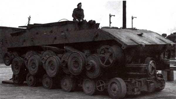 Шасси танка Е-100 на специальной транспортной тележке в Бовингтоне. Великобритания, 1945 год