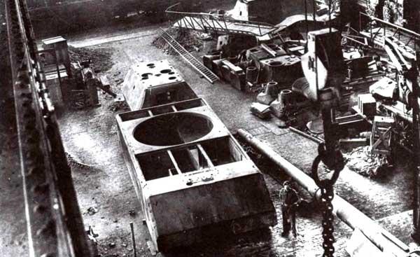Корпус и башня танка «Маус», захваченные союзниками в сборочном цехе завода фирмы Krupp в Эссене. 1945 год