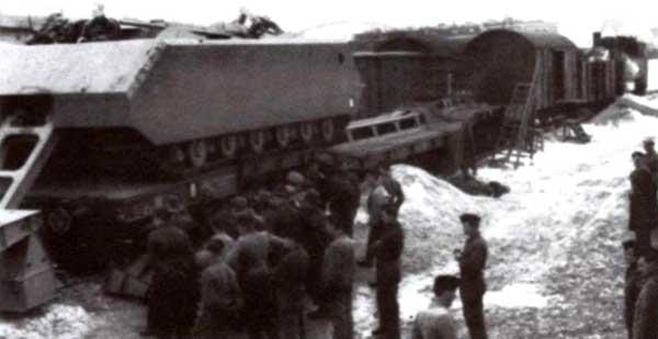 Выгрузка с платформы второго прототипа танка «Маус». Бёблинген, 10 марта 1944 года