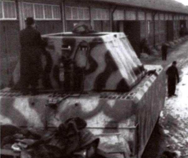 В качестве буксировщика (на танке «Маус II» не был установлен двигатель) использовался первый прототип