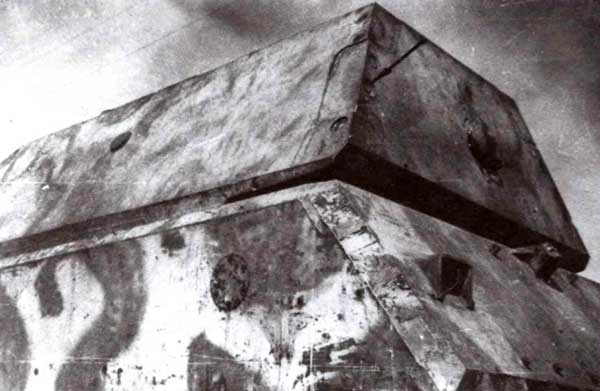 Вид соединения кормового листа башни с левым бортовым листом. Стрелкой указан штифт