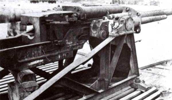 Спаренная установка 128- и 75-мм пушек во время испытаний на полигоне