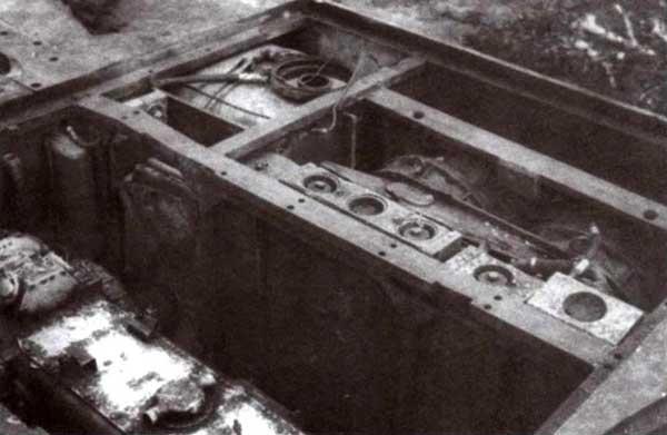 Правая сторона моторного отделения. Хорошо видны двигатель МВ509 (на переднем плане), радиатор системы охлаждения двигателя, радиаторы выхлопных коллекторов, вентиляторы, правый топливный бак