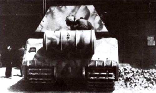 На корме «Мауса» располагался 1500-литровый дополнительный топливный бак, подключенный к системе питания двигателя