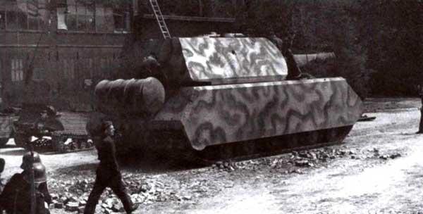 «Маус» 205/2 в Бёблингене, лето 1944 года. Обращает на себя внимание стоящий за танком полугусеничный «Кюбельваген», по-видимому предназначенный для поездок по полигону